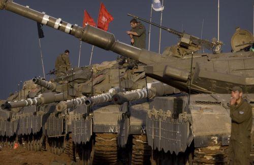 Carri israeliani in attesa di entrare in azione
