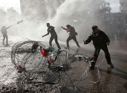 Terroristi palestinesi... lanciano sassi